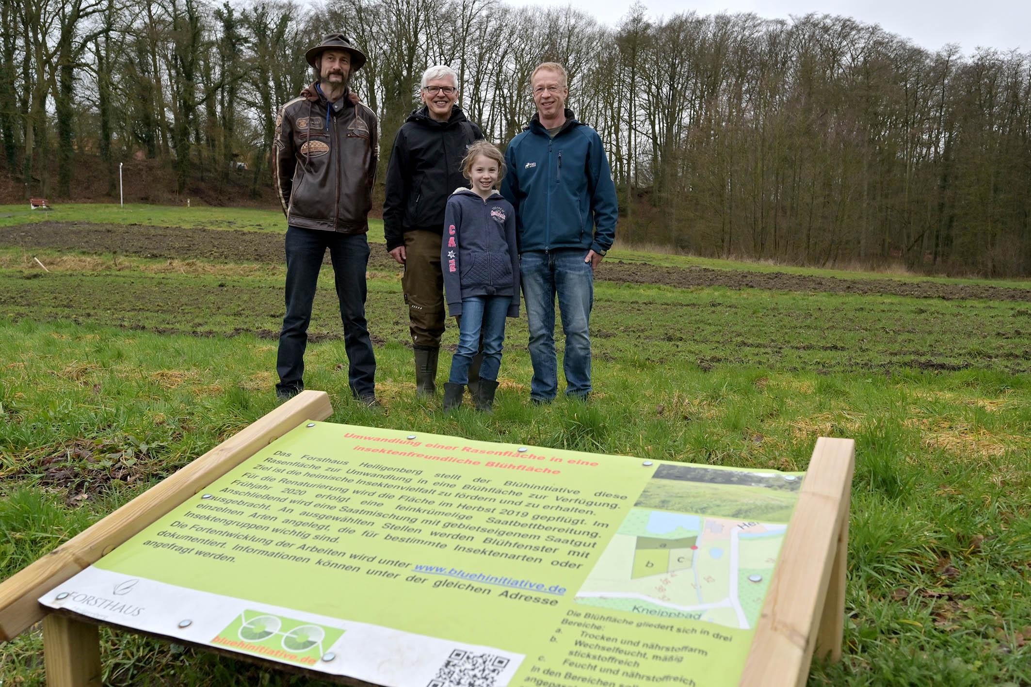 v.l. Björg Gumz, Ulf Feuerstein sowie Eckhard und Henrike Gumprecht vor der bereits gepflügten und gefrästen Blühwiese