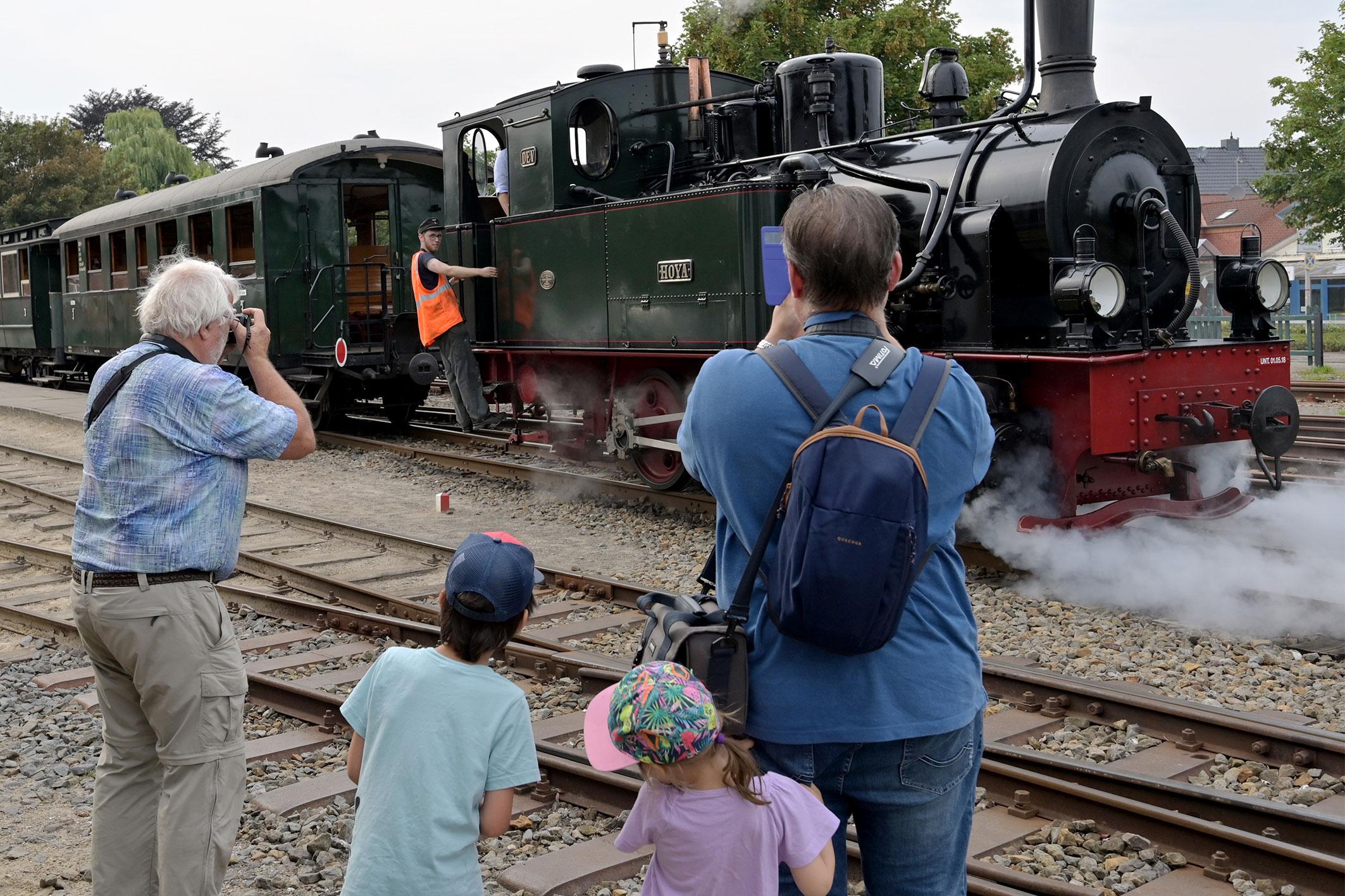 Ob Fotoapparat oder Smartphone, die Züge waren ein begehrtes Objekt.