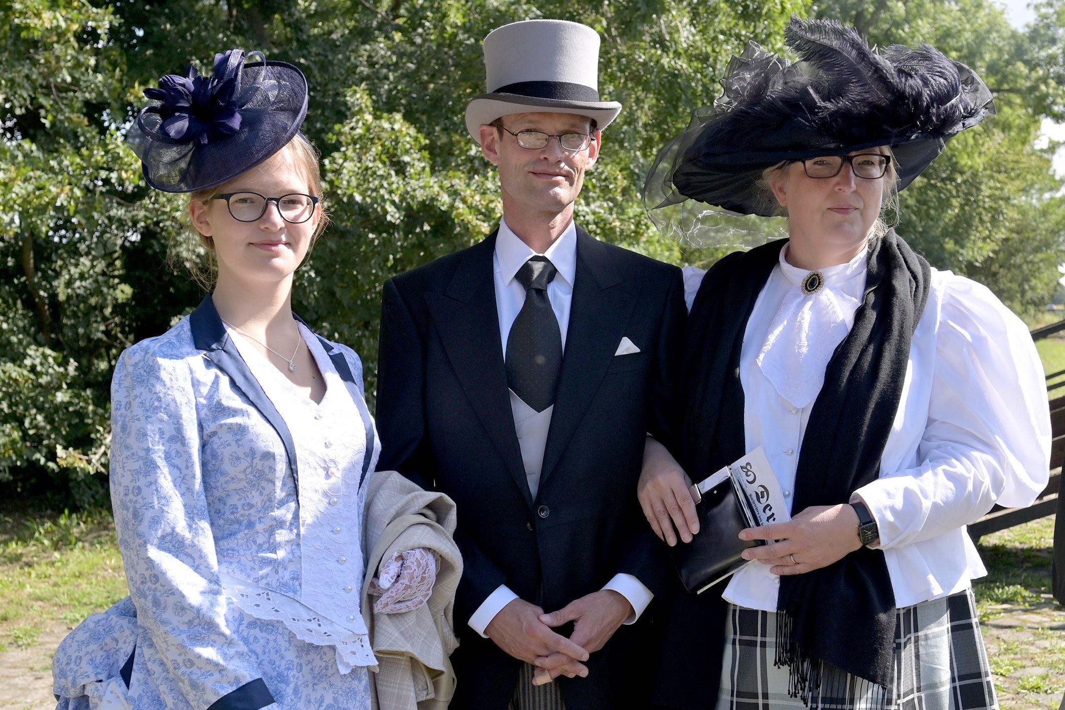 Museumsbahn: Frau Ute (rechts), Herr Christian und Fräulein Carola schlenderten als Familie der gehobenen Gesellschaft übers Bahngelände.